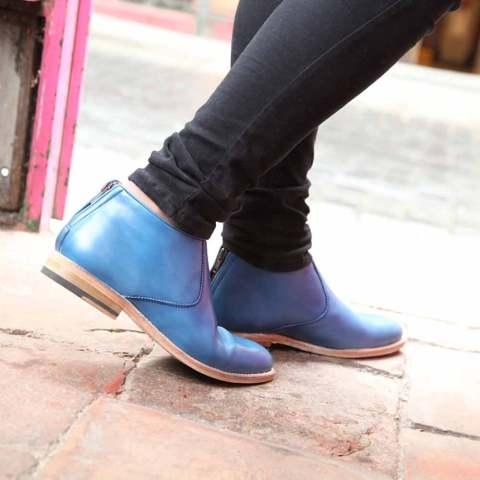 Botines con cremallera de tacón bajo para mujer Astrud Blue hechos a mano en España en suave piel de becerro azul por Beatnik Shoes