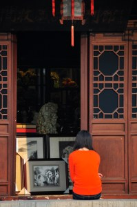 © Beatrice Otto Confucian Temple lady in orange seated