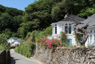 Road leading to Readymoney Cove, Fowey