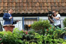 Mike Bushell and cameraman, BBC broadcast, Hampton Court. Olympic Road Cycling Time Trials, 2012
