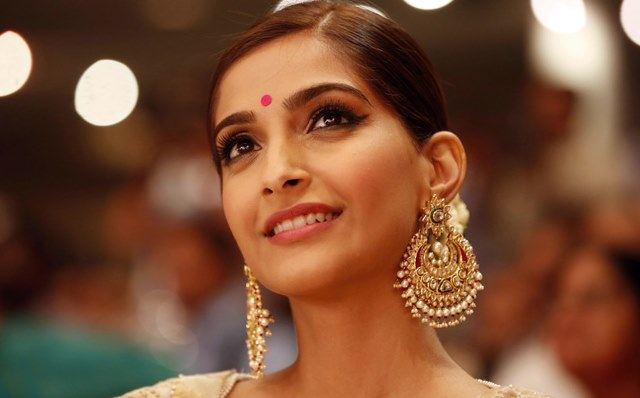 Beautiful girls in India - Sonam Kapoor, beautiful indian girl image, beautiful girl image, indian girls photos, indian girls images