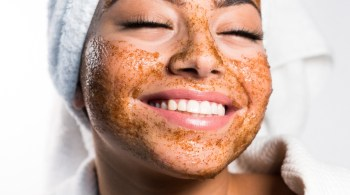 healthy-and-happy-woman-wearing-organic-skin-care-scrub-right-after-a-shower_t20_kRx2W2