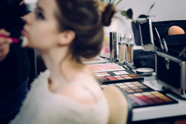 Camouflez votre acné avec cours vidéo