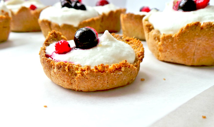Very addictive, but also healthy dessert! This is a healthy cheesecake recipe that is high-protein, very few ingredients, easy to make, no refined sugar, sweetened with honey, and the healthy crust is made with ground oats. So good! Very delicious healthy dessert recipe, that I also ate for breakfast a few times.