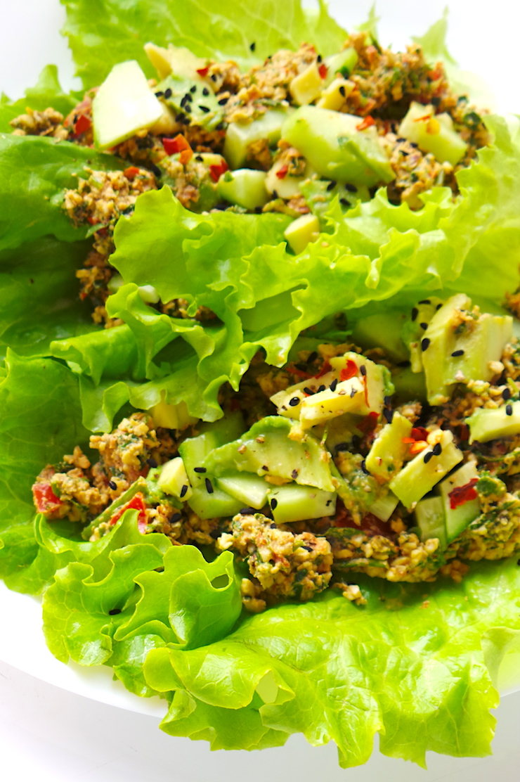 Amazing easy and healthy low-carb vegan lettuce tacos! The meat is made from nuts, tomatoes and spices - this is a super delicious paleo vegan lunch recipe that is full of antioxidants, healthy fats, protein and is soy-free, gluten-free and super satisfying and light. | www.beautybites.org | easy healthy recipe #lowcarb