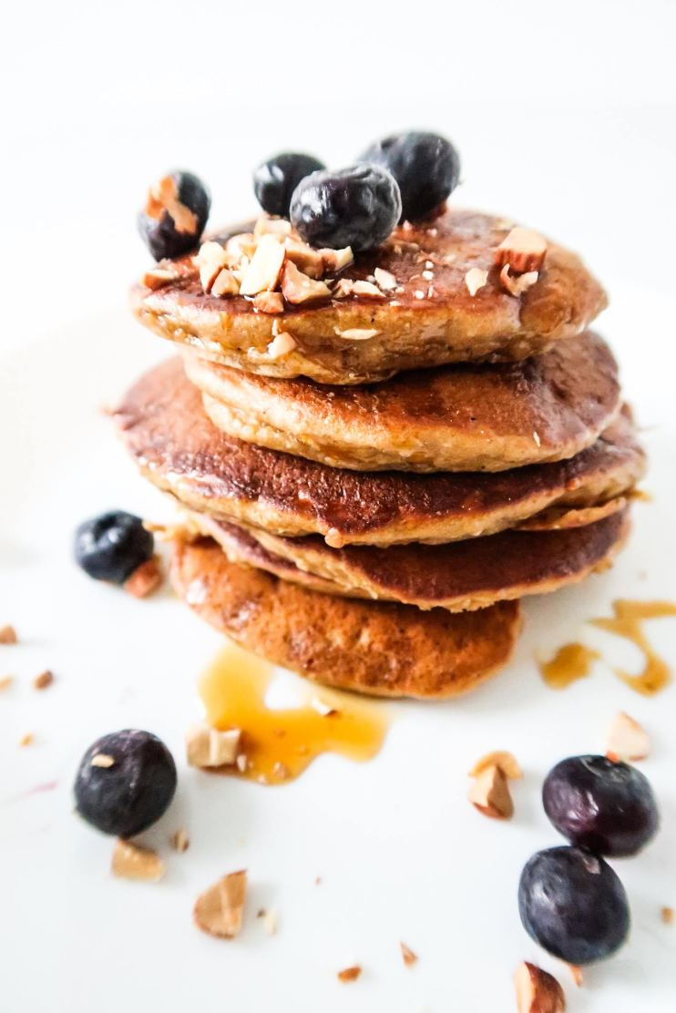 Easy and healthy pancake recipe for a tasty quick breakfast -healthy apple pancakes with oats! These oatmeal apple pancakes are sweet, perfectly spiced and super fluffy! Don't hesitate to make these healthy oatmeal apple pancakes for an easy healthy breakfast - they take around 15 minutes and are absolutely delicious!
