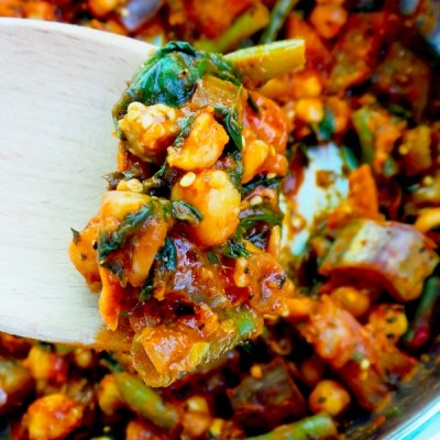 15-minute spicy chickpea skillet - healthy vegan dinner recipe that you can use in wraps, bowls or enjoy like this! This chickpea recipe is easy, gluten-free and high-fiber!