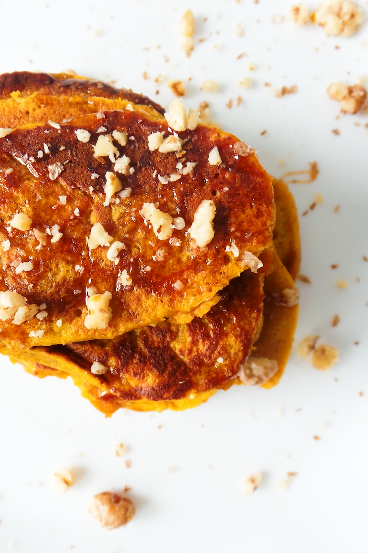Healthy pumpkin pancakes with honey, oats and walnuts! Super easy, quick, easy and delicious to make. These pancakes are flourless, dairy-free and a delicious healthy breakfast!