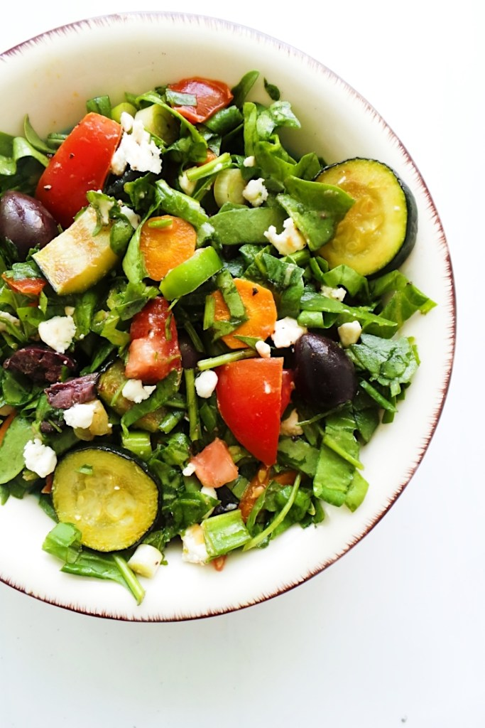 A refreshing and satisfying healthy and easy summer salad with tomatoes, feta cheese, greens, grilled vegetables! A delicious vegetable salad that everyone will enjoy! Serve this as a side dish or add some quinoa, chickpeas or grilled chicken for a healthy and filling lunch salad!
