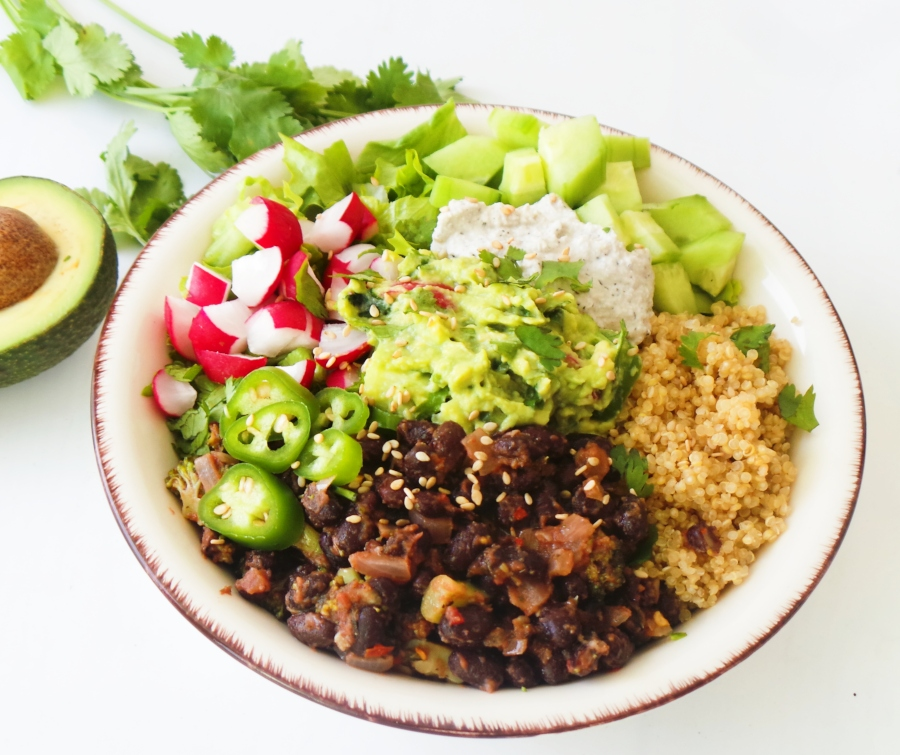 Black Bean Quinoa Bowl - easy healthy dinner recipe you can meal prep on Sunday. This clean eating recipe is vegan, gluten-free and full of flavor.