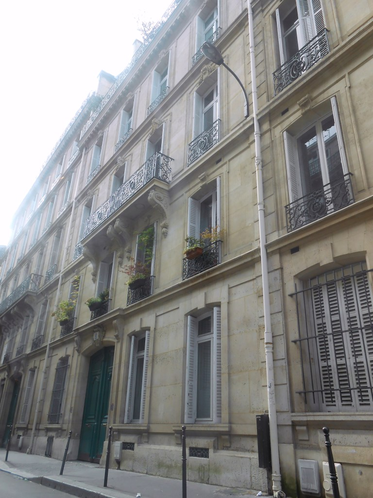 I'm in love with apartments in Paris. Holy sheesh, so beautiful and old-worldy, yet totally modern!