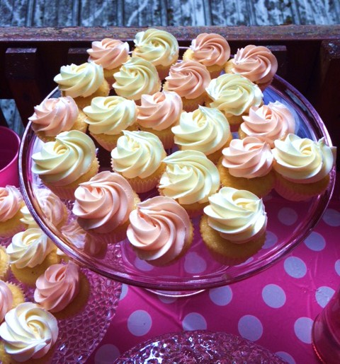 This photo was captured by my friend Caitlyn! :D Look at the pretty cupcakes!! ♥