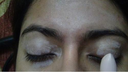 apply-eyeshadow-primer