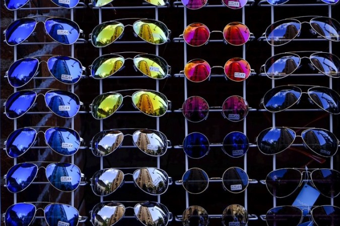 sunglasses display for foolproof method of choosing flattering sunglasses