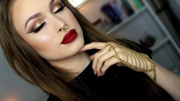 Maquiagem com sombra dourada e batom vermelho