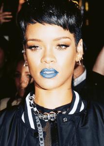 cantora-rihanna-usando-batom-azul-214x300 Batom azul você usaria?