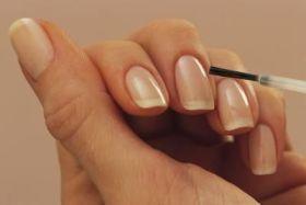 Χρησιμοποιήστε το στεγνωτικό-γυαλιστικό βερνίκι νυχιών 2-3 φορές την εβδομάδα για να παρατείνετε το χρόνο ζωής του manicure σας...
