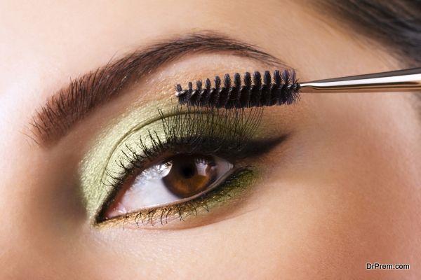 mascara on eyelash