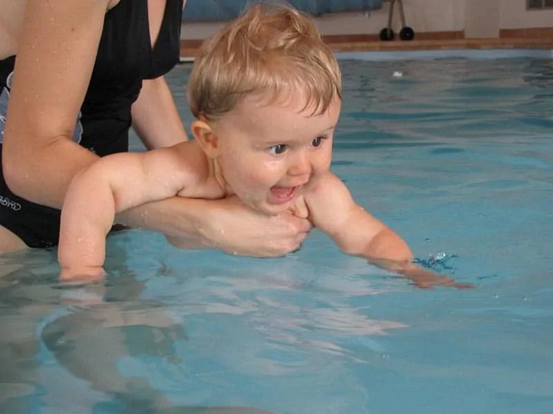 5 raisons d'essayer les séances de bébés nageurs avec bébé