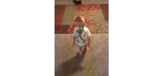 bebe imita mae gravida a andar