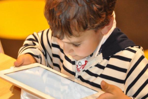 Crianças viciadas em celular