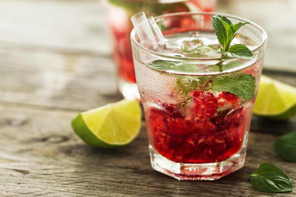 ferragosto fresh drink lemonade with raspberry, mint, ice and li