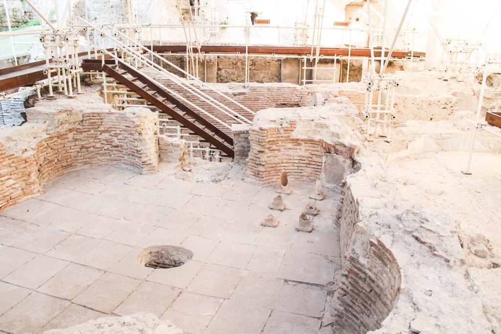 Non potete perdere all'interno del complesso di Santa Chiara, il bellissimo museo che raccoglie un po' tutta la storia della Chiesa dal 300 fino al 700. Si parte con l'area archeologica esterna che raccoglie i resti delle terme romane ritrovate sotto la chiesa.7