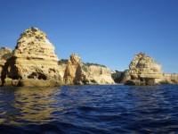 Fels-Algarve vom Wasser aus.