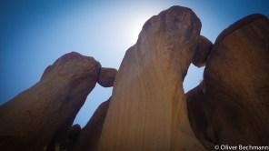 Über den Köpfen thronen Felsklötze