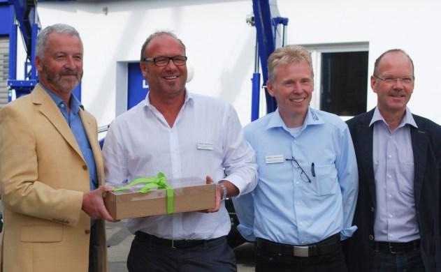 Ein kleines Willkommensgeschenk wurde durch Uwe Schmidt an den Geschäftsführer und Inhaber Dieter Beyer überreicht. Daneben Heiko Reichmann und ich