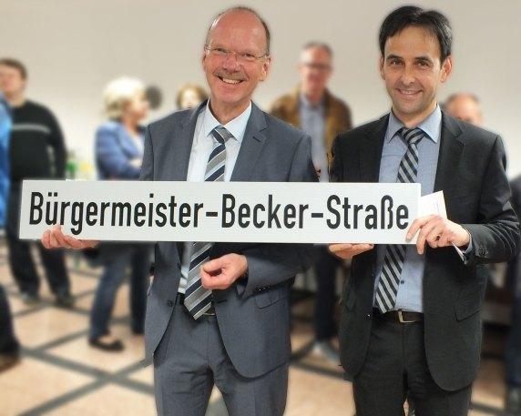 Gelungene Überraschung durch Büroleiter Marco Weißer. Ein Straßenschild von Esens, Ostfriesland. Unter diesem Schild stand ich in Esens im Jahre 1992