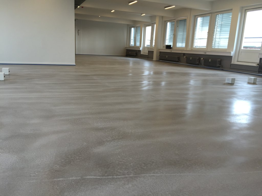 What is the difference between concrete and screed