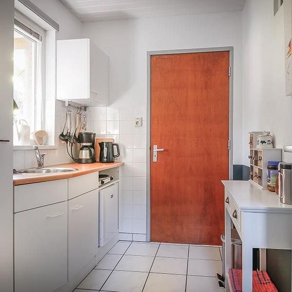 De keuken van de bed en breakfast met aanrecht en apparatuur