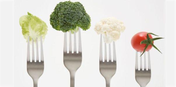 Piquer ses aliments un par un avec les dents de sa fourchette vous fera manger de façon plus lente mais surtout vous prendrez moins de nourriture d'un coup; et croyez moi, ce petit détail fera toute la différence sur le long terme.