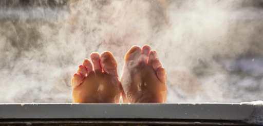 Si vous souhaitez vous relaxer avant de vous coucher et de profiter d'un moment agréable pour vous même, pourquoi ne pas faire de bain chaud ou même une bonne douche chaude pour les plus rapides? La chaleur de l'eau à le pouvoir de relâcher votre corps en relaxant les nombreux muscles... de celui-ci.