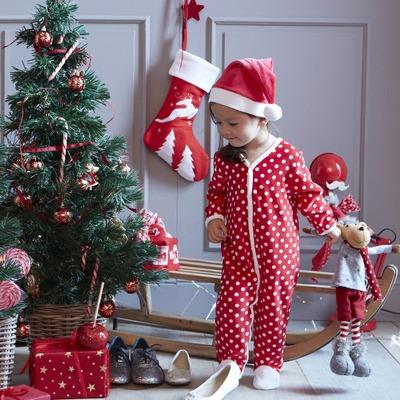 enfant en pyjama de noel