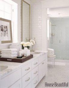 plateau en bois dans la salle de bain