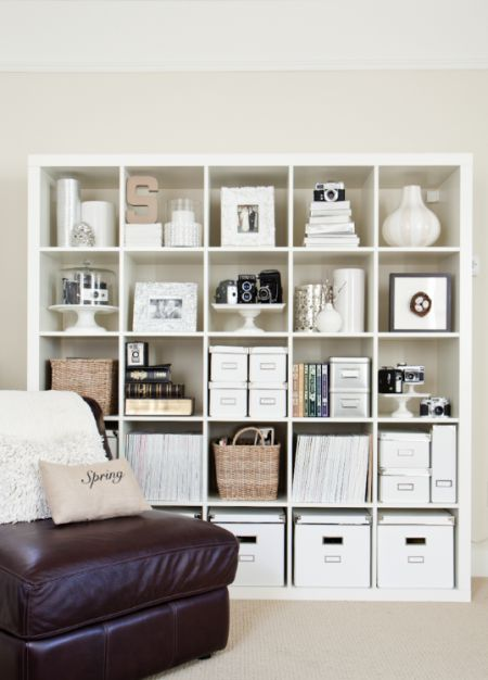 une biblioth que rang e et styl e bee organis e. Black Bedroom Furniture Sets. Home Design Ideas