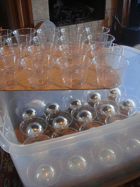 ranger les décorations de noël dans des gobelets jetables