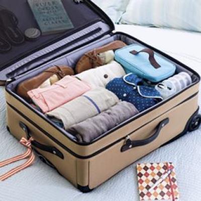 Les vêtements roulés très serrés permettent de gagner de la place dans la valise