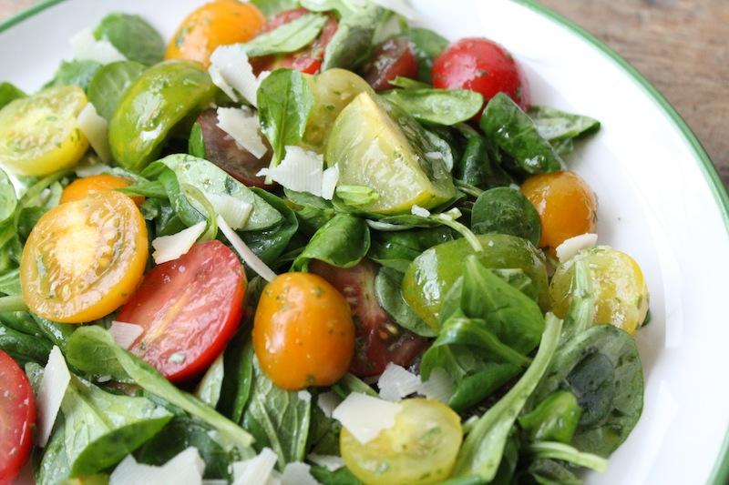 Tomatensalade met basilicumdressing