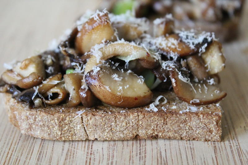 gebakken paddenstoel crostini