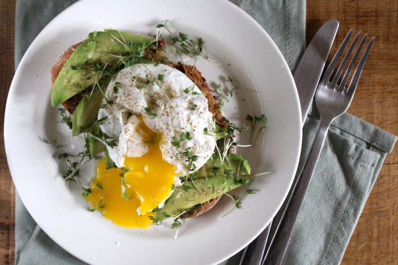 Avocado met een gepocheerd ei op brood