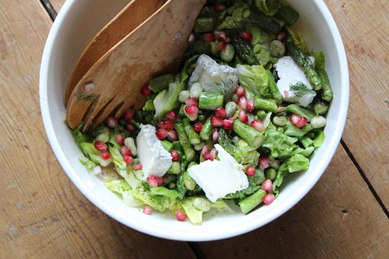 maaltijdsalade met groene asperges, geitenkaas en granaatappel
