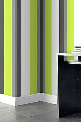 Een hogere of bredere kamer met gestreept behang  Behang
