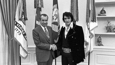 صورة لقاء ريتشارد نيكسون والفيس بريسلي: كيف اخترق «نجم الروك» أعراف البيت الأبيض؟