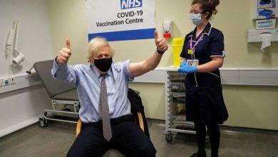 صورة رئيس الوزراء البريطاني يتلقى الجرعة الأولى من لقاح أسترازينيكا المضاد لكوفيد- (فيديو)