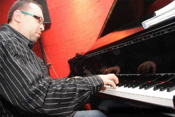 Arthur Satayan Acoustic Ensemble at RAZZ'zz
