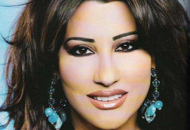 Najwa Karam Stops her Concert in Australia after throwing money at her
