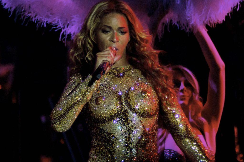 Beyoncé looks HOT in boob costume